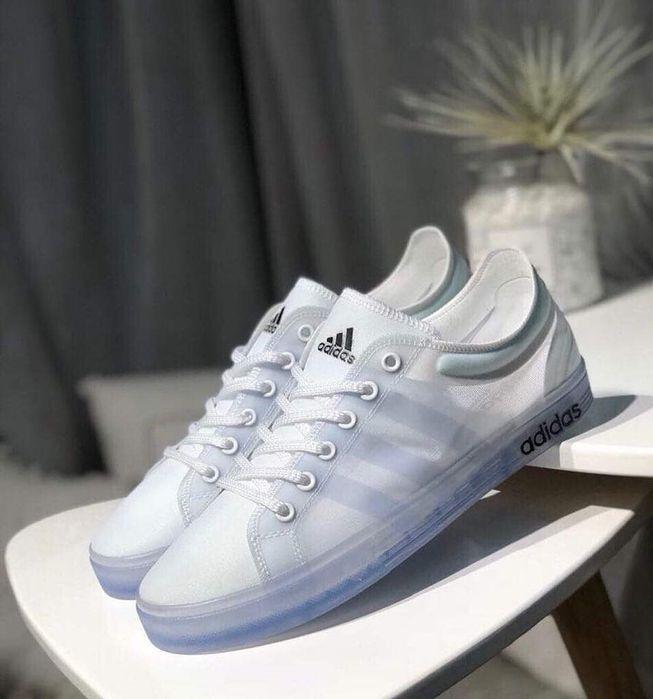 Vende se tênis da adidas transparente