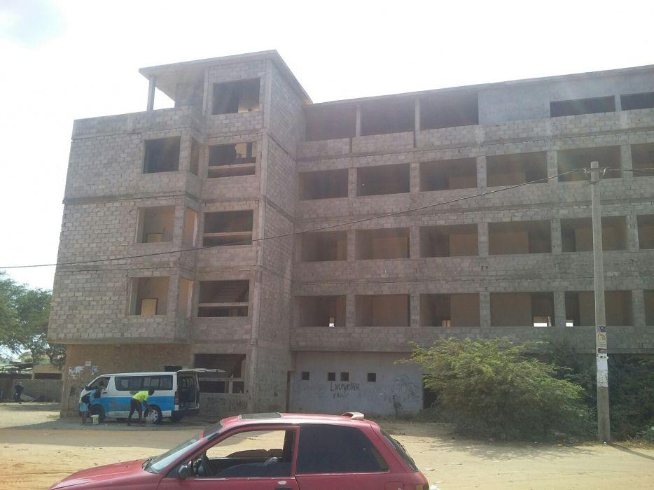 Vende-se este edifício de 4 andares em obra no Ramiro
