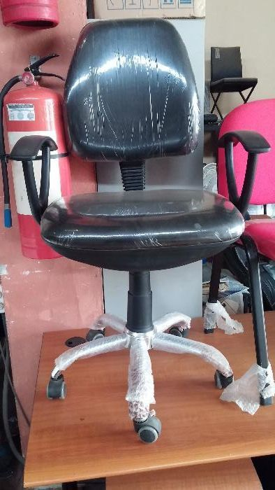 Cadeira operativa com estrela de aço . cor preta de napa com entrega