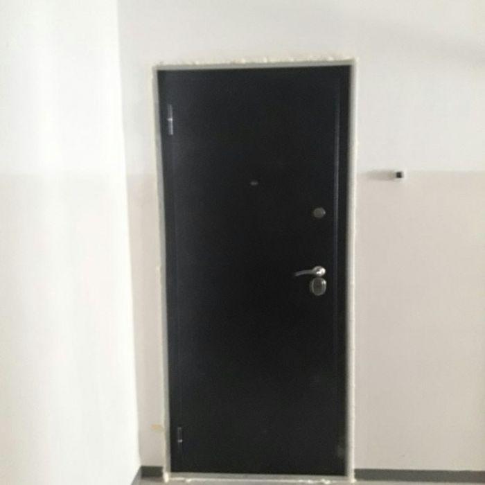 Установка металлических дверей и откосов.