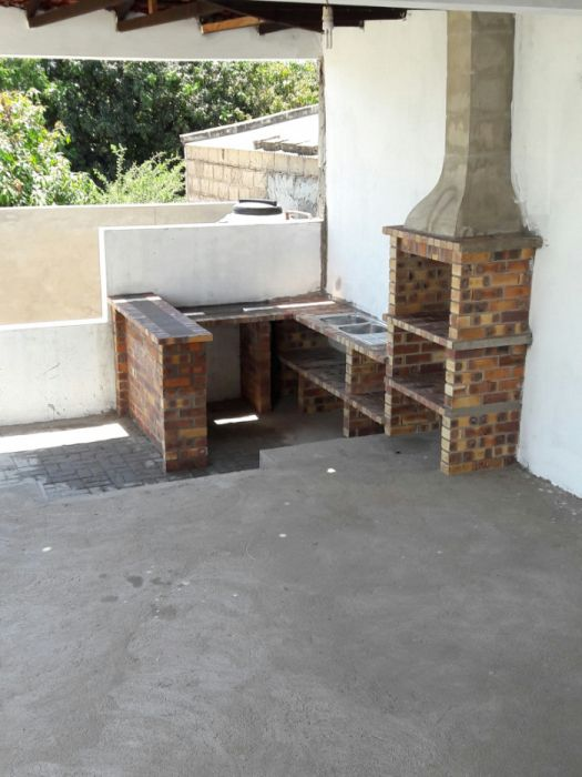 Churrasqueira com lava loiça, bancada e mesa