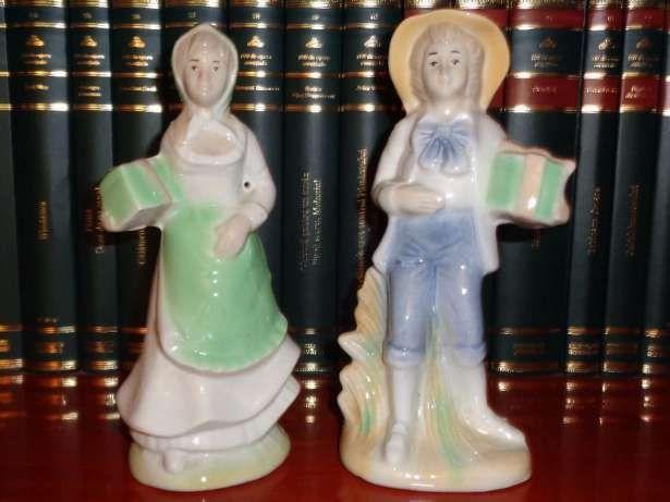 Set 2 bibelouri portelan - Fata si baiatul cu cadouri