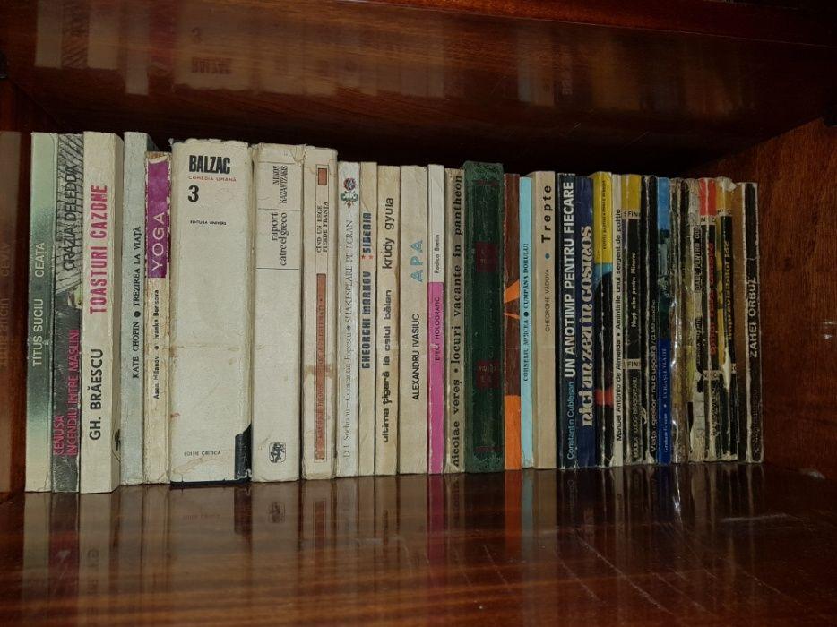 Vand biblioteca vasta