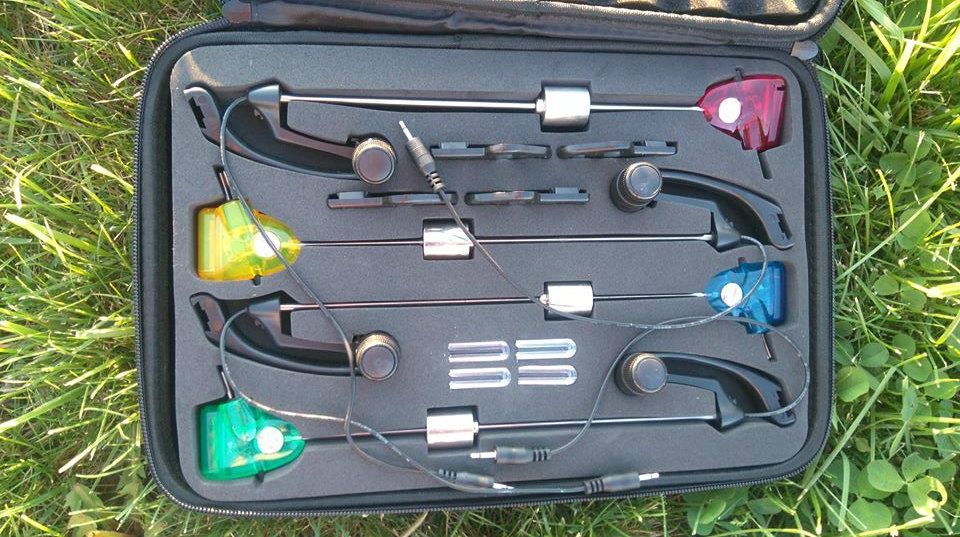 Комплект 4 бр светещи оптегачи в твърд калъф