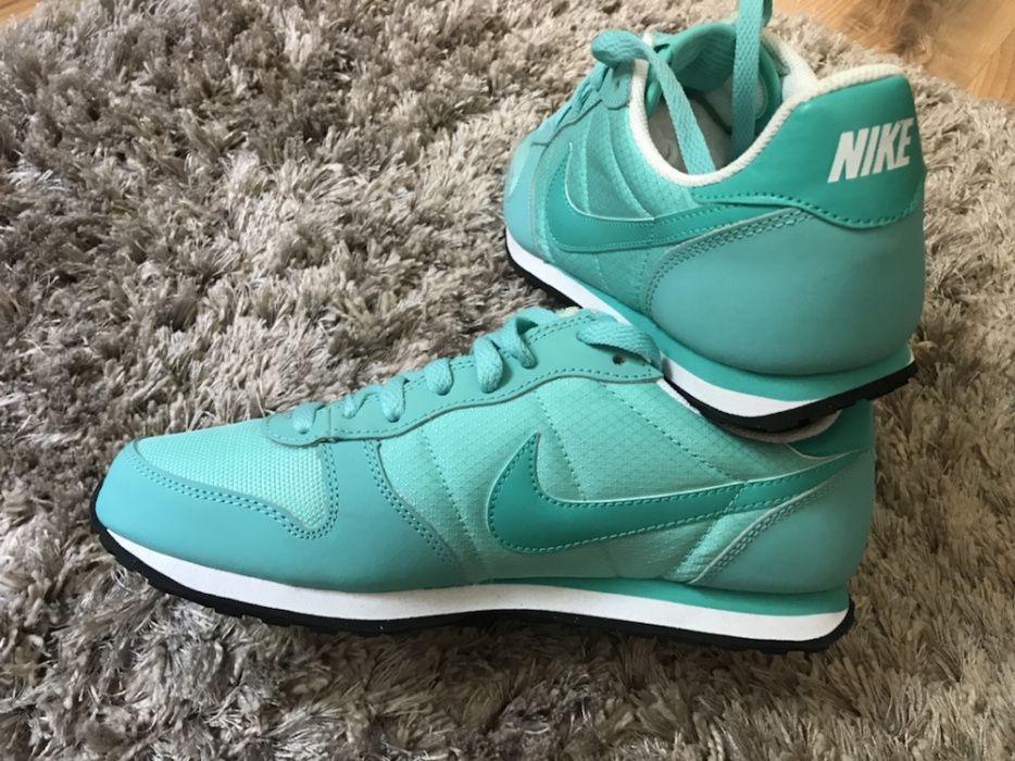 Vand adidasi Nike
