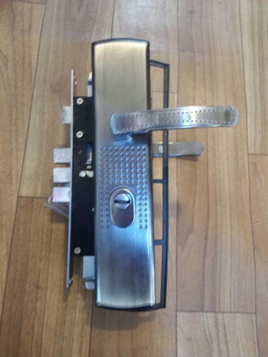 Broasca usa metalica cu autoblocare (actionare in sus a manierului)