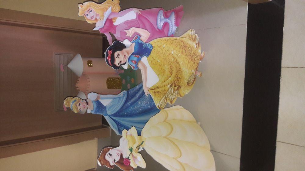 Bonecas princesas em vinil mas castelo
