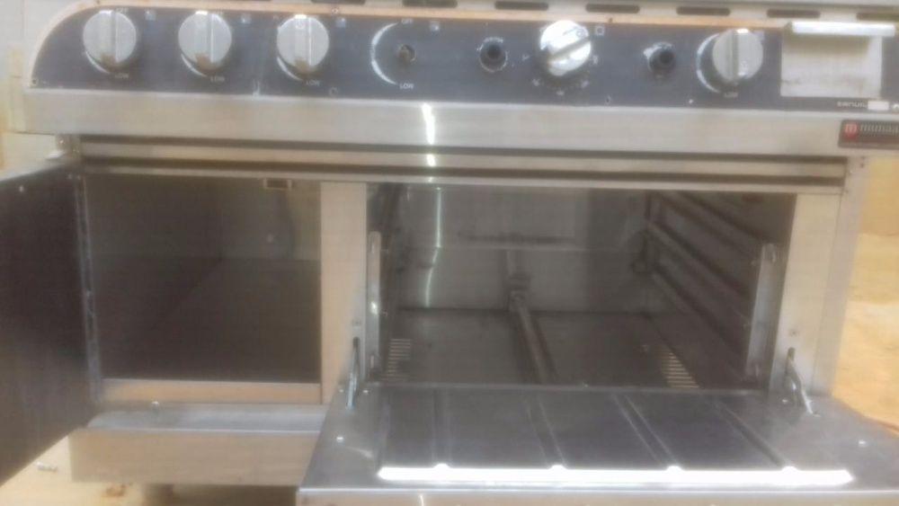 Vende-se fogão industrial com forno, estufa e uma chapa de hambúrguer
