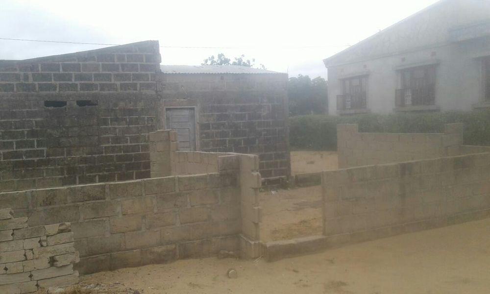 Vende-se Inacabada Casa T3 no Zimpeto Grande Maputo