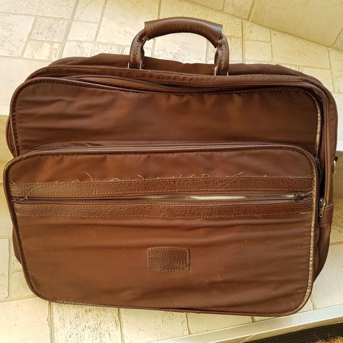 Vând geantă portabilă pătrată