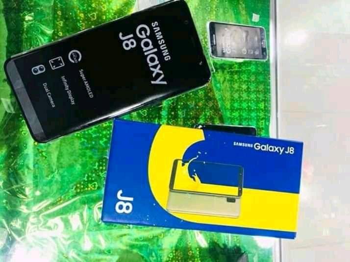 Samsung Galaxy J8 2018, Dual Sim e 32Gb, novo com todos acessórios.