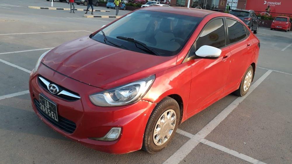 Vendo este Hyundai accent em perfeitas condições tudo funciona