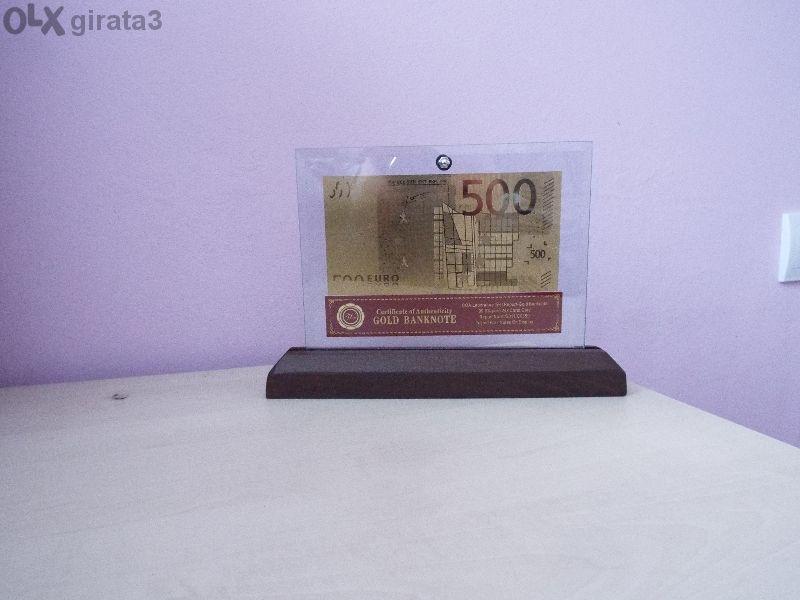 Сувенирни 500 евро златни банкноти в стъклена поставка и масивно дърво