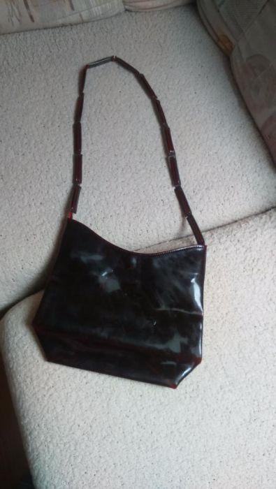 Продавам лачена чанта бордо