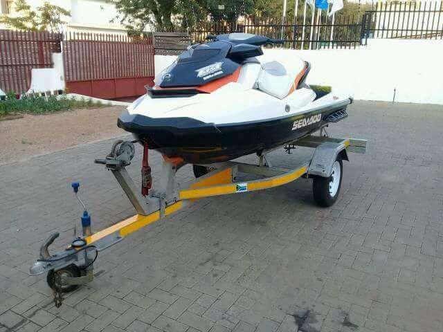 Moto aquático com triller