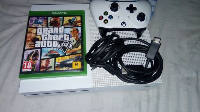 Xbox One S 1TB semi novo