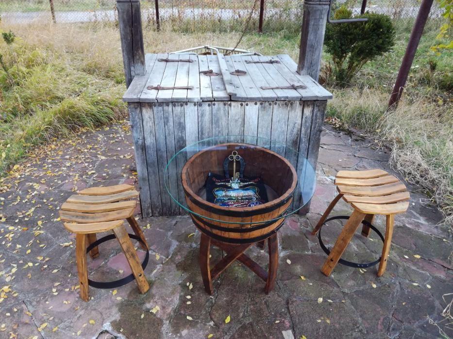 Продавам маса с две табуретки ръчно изработени от бъчва, буре и килим.