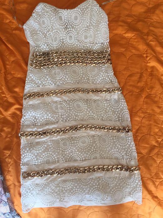 Vestido branco com detalhes dourados