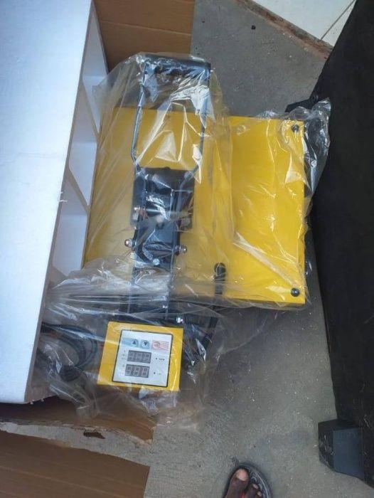 Vendo - máquina de Timbragem / camisola e chapéu e máquina de Chaves