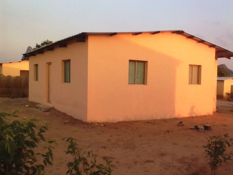Casa T2 com terreno de 30/20 Mutava Rex, recém construida.