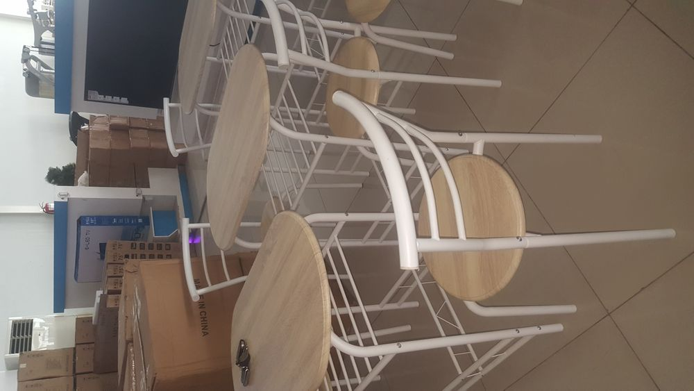 Vende-se uma 1 Mesa E 2 Duas Cadeiras bo preço aproveitar
