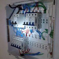 Eletricista Homem electrico resolve o seu problema de energia