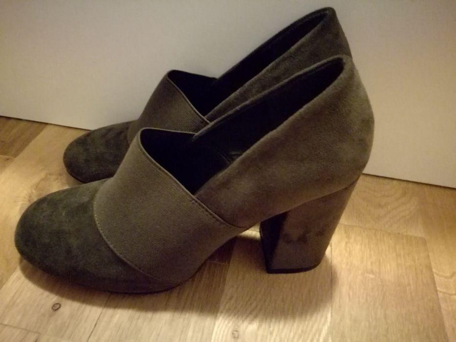 Дамски обувки на дебел ток