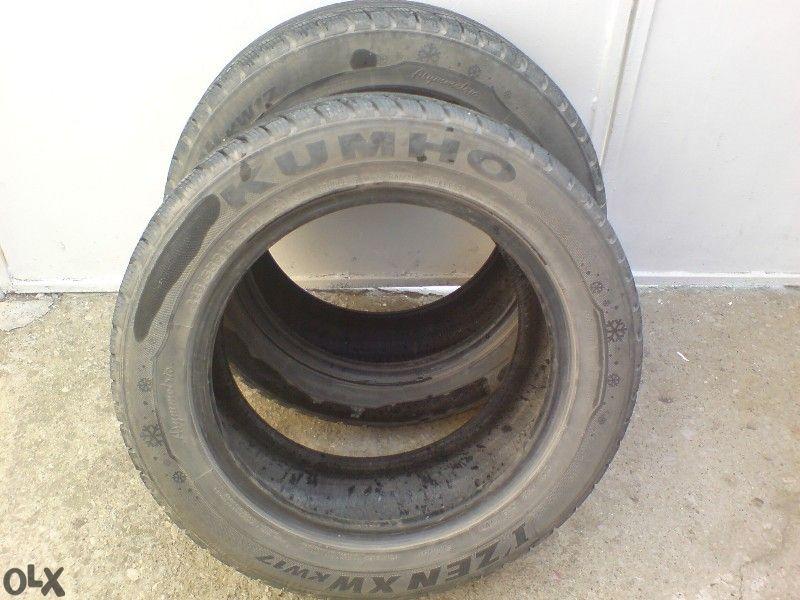 Продавам две употребявани зимни гуми 16-ки KUMHO I'ZEN XW kw17 215/55R