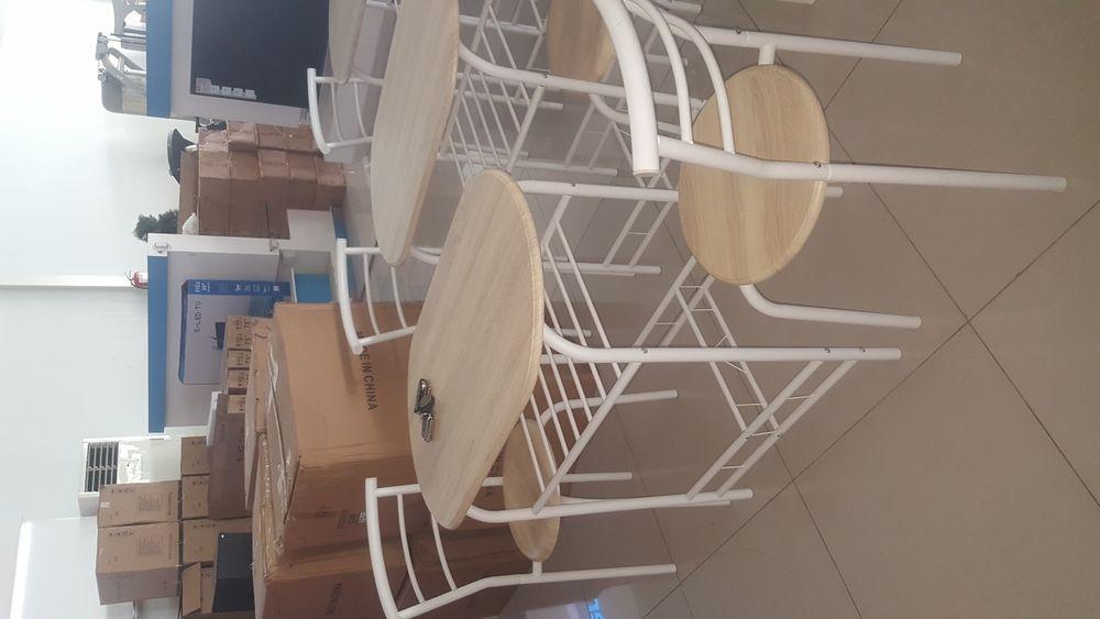 Vende-se uma mesa duas Cadeiras bom preço aproveitar