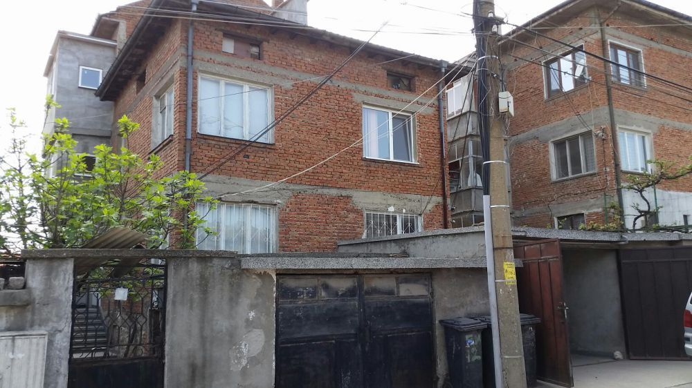 Къща с двор