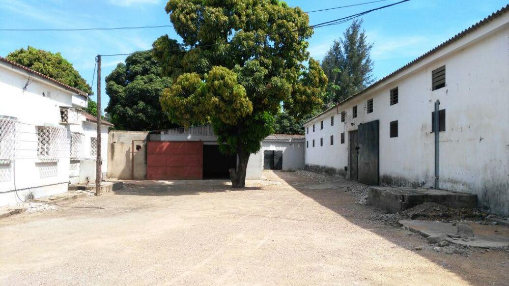 Vende-se está vivenda com armazém a beira da estrada N4 quintal 50/100