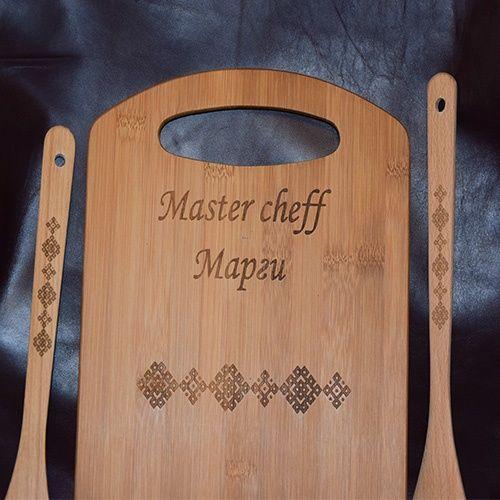 Гравирана кухненска дъска за рязане и два броя прибори от дърво