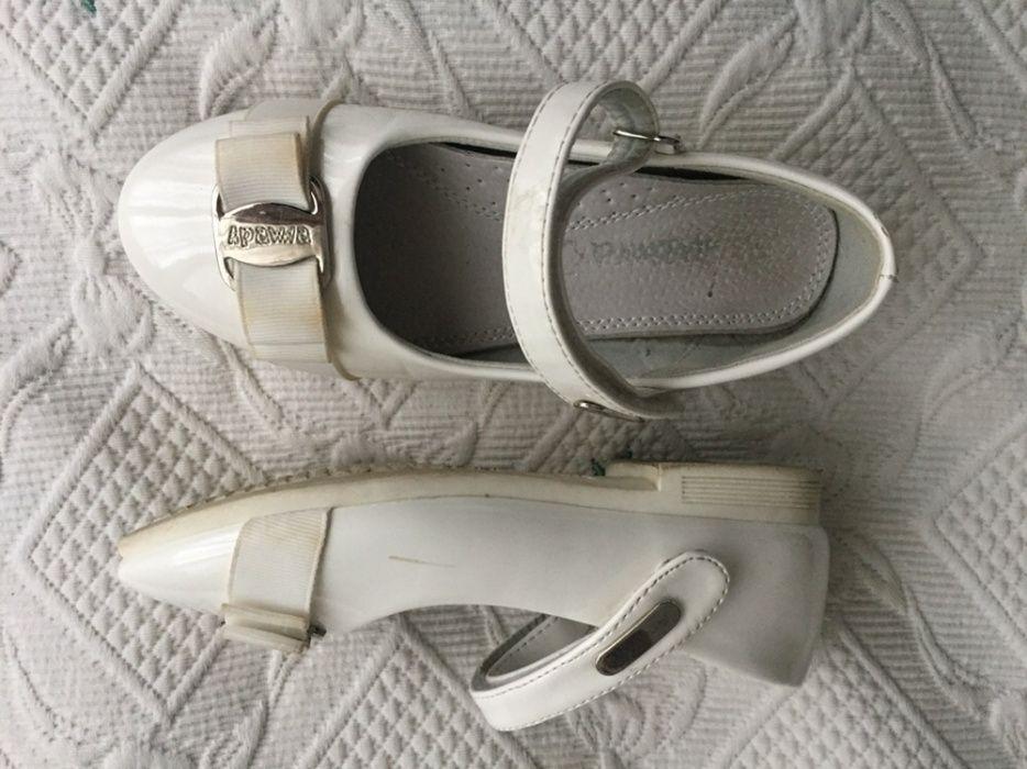 Pantofi albi piele lacuita nr. 30