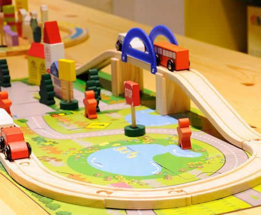 Детски дървен конструктор 40 части с релси,парк,надлез, дървени коли гр. Бургас - image 4