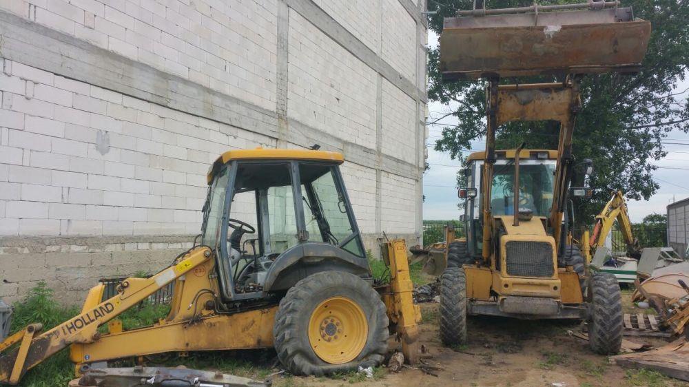 Dezmembrez buldoexcavator New Holland