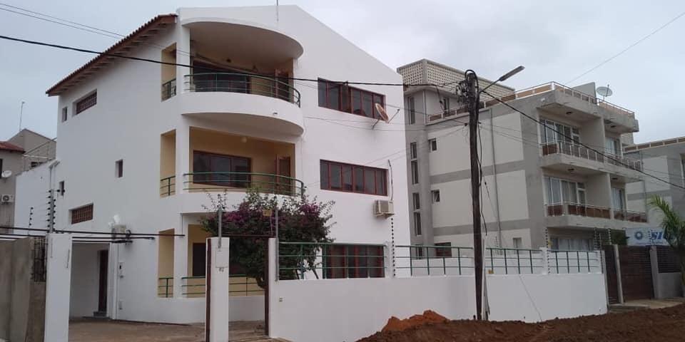 Arrenda-se espetacular Moradia Tipo 5 + 1 de 3 pisos