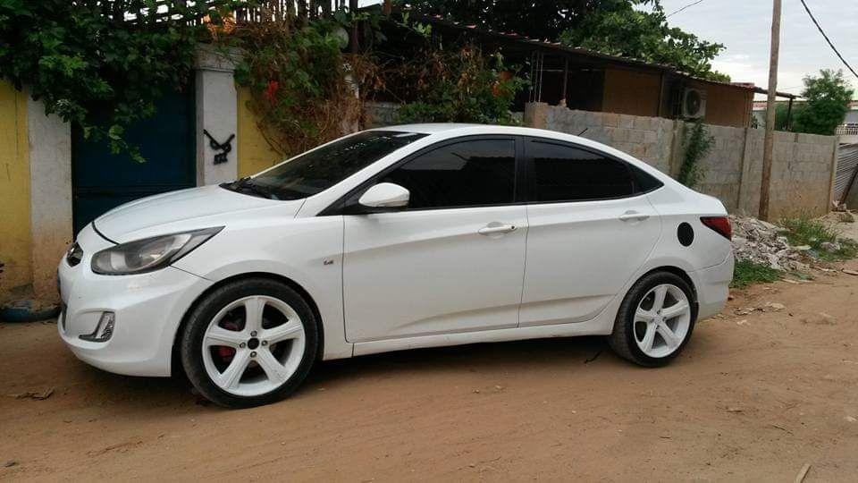 Hyundai Accent sedan. GPS Nova vida. Tudo limpo
