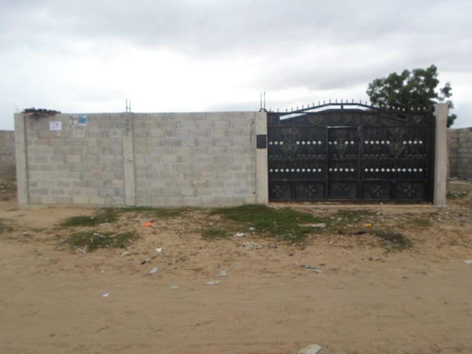 Terreno com as paredes já levantadas e com portão.