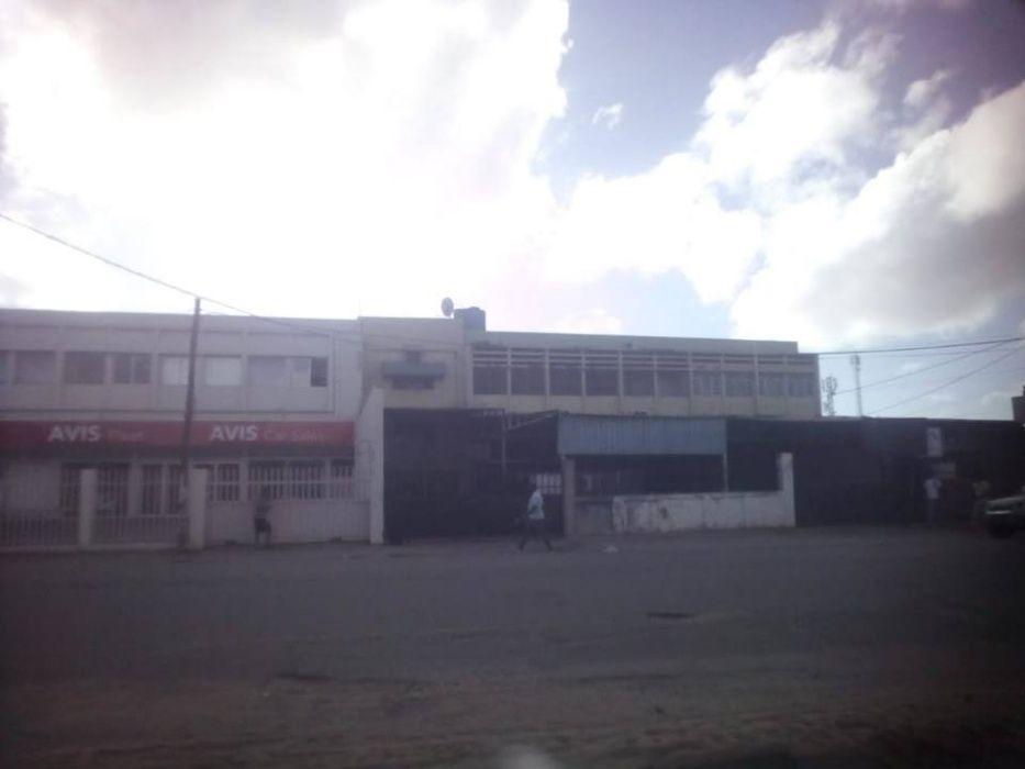 Vende-se Armazém na Avenida Angola, próximo ao antigo Pick no pay
