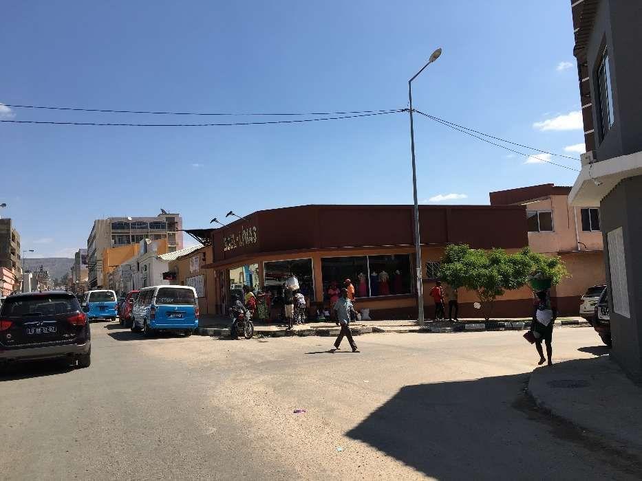 Vendo o espaço mais bem localizado da cidade do Lubango