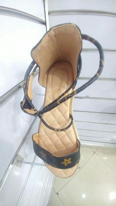 Sapatos sandalias