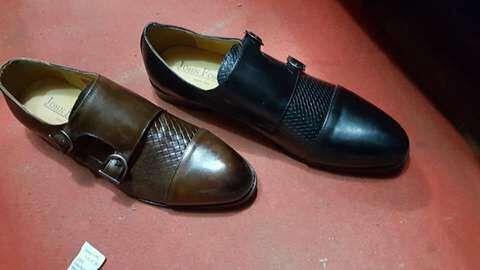 Sapatos com duas fivelas