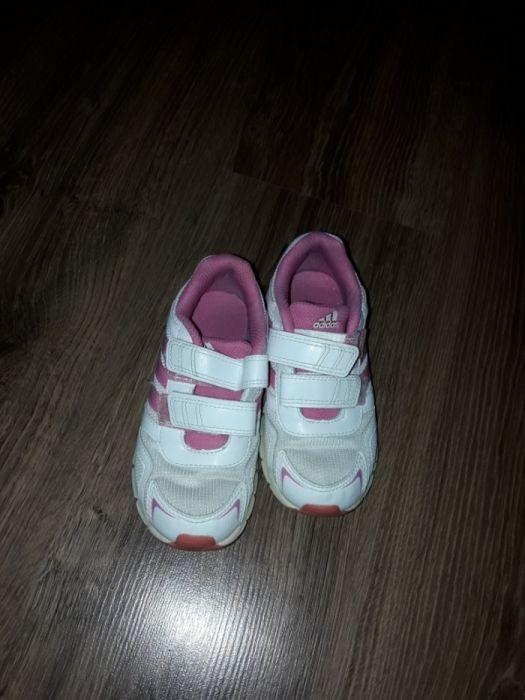 Adidasi fetita