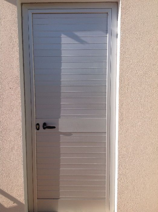 Fabrico e montagem de portas, divisórias, janelas, persianas, portões.