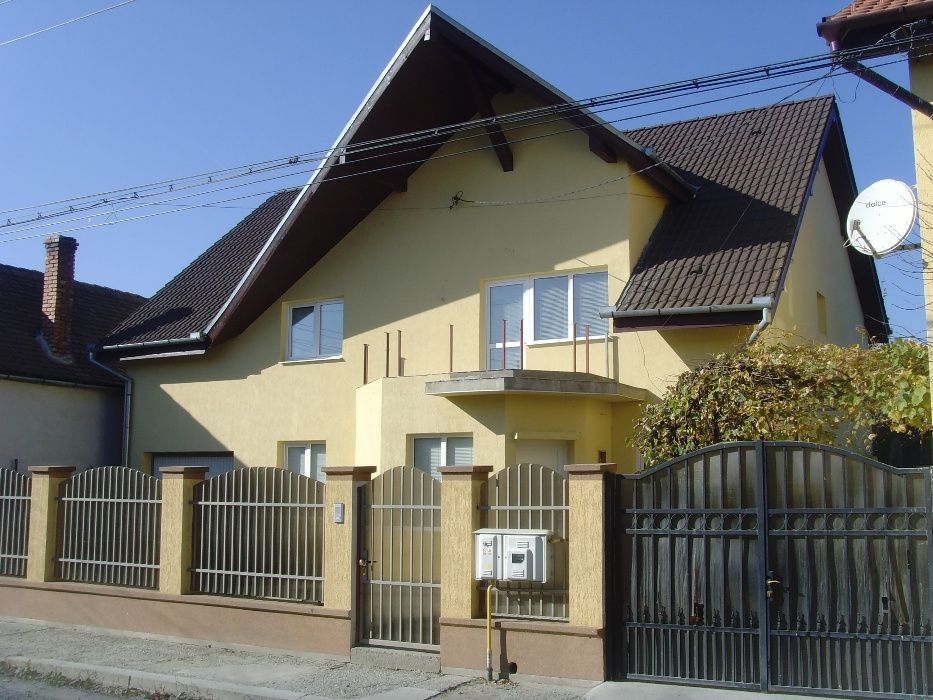 Casa 2 apartamente: 7 camere,2bucatarii,2bai,garaj,teren 720mp