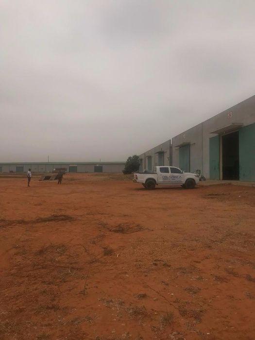 Vende-se 4 hectares com um complexo de 14 Armazens no PIV