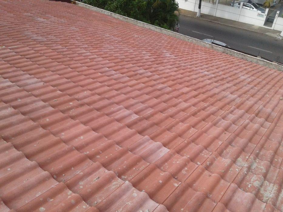 Montagem de telhas.