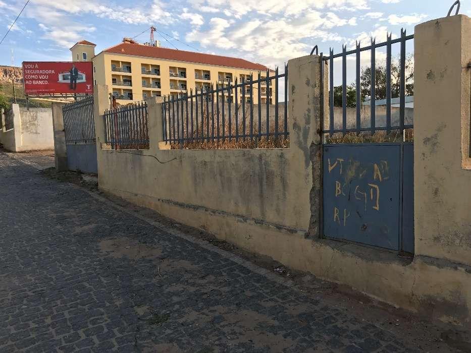 Vendo terreno em zona comercial na cidade do Lubango. Bom para Bancos