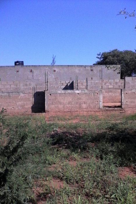 Vende se terreno com uma obra tipo 2, em Mulotane depois da ponte
