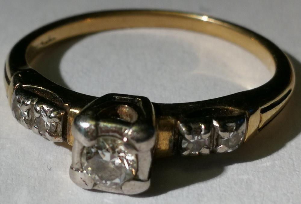 Inel aur 2,5 grame marcat 14 carate cu 4 diamante mici si unul mare